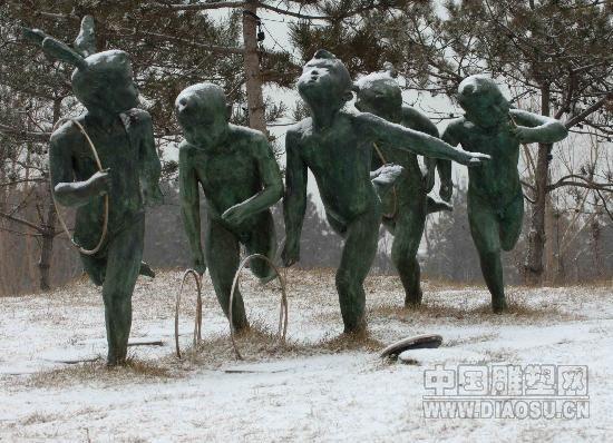 秦皇岛雪中奥林匹克大道公园 儿童滚铁环雕塑