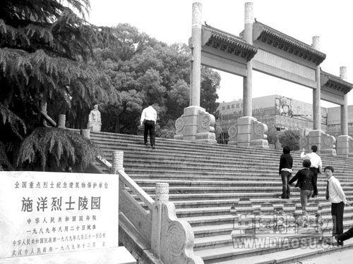 """武汉园林雕塑院的雕塑家陈国萍先生,曾参与创作了施洋雕像身后的""""二七"""
