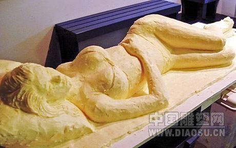 美国艺术家用黄油雕塑出比基尼少女