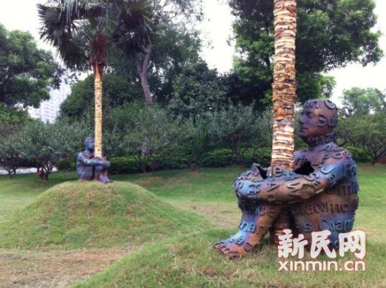 西班牙著名的雕塑家乔玛•帕兰萨创作的盘腿坐树旁沉思状,在向参观者展示了仿真的空间概念。新民网记者胡彦珣 现场回传  新加坡的最重要观念艺术家库玛丽•纳哈潘以红辣椒为素材的作品。新民网记者胡彦珣 现场回传