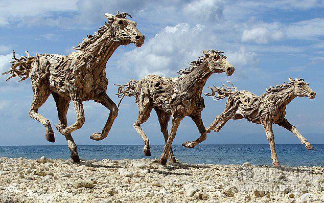 8米),骏马木雕由不锈钢的骨架支撑,每匹可承载4至5人的重量.