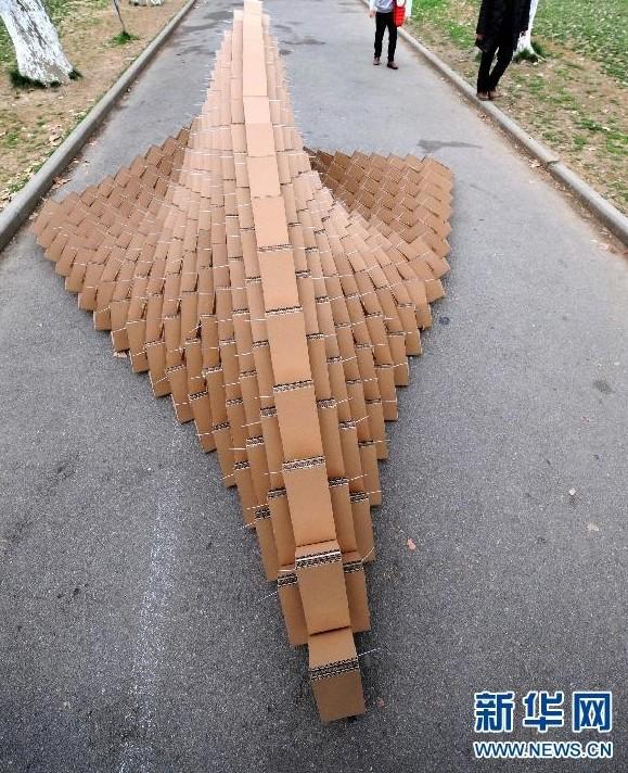 """南京校园展示""""纸板雕塑"""" 造型奇异"""